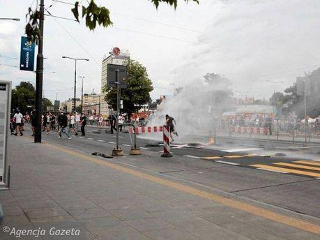 Полиция разгоняет болельщиков водометами