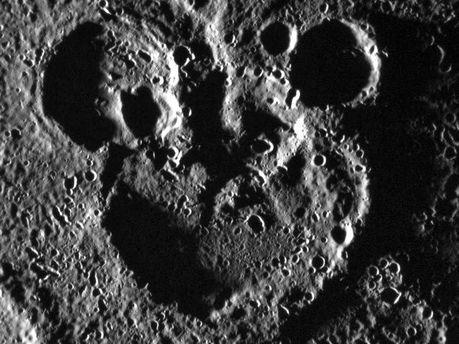 На поверхности планеты силуэт Микки Мауса