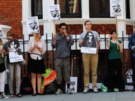 Активисты у посольства