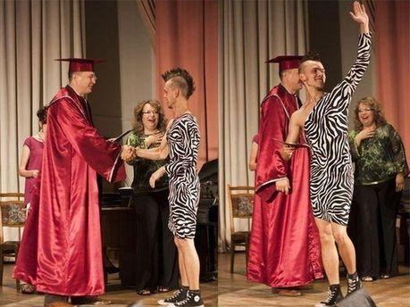 Студент вийшов на вручення диплому в сукні та кедах