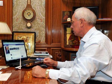 Николай Азаров сидит на Facebook