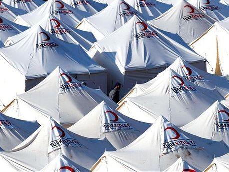 Большинство беженцев живут в палатках на приграничной территории