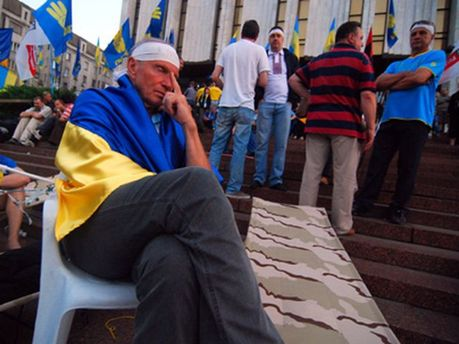 Протестують біля Українського дому
