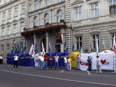 Протестують біля ЛОДА