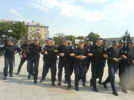 Працівники міліції розганяють учасників акції в Черкасах