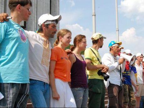 Активісти біля  Українського дому