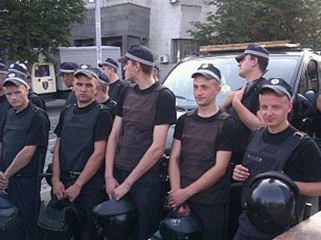 Милиционеры возле Украинского дома