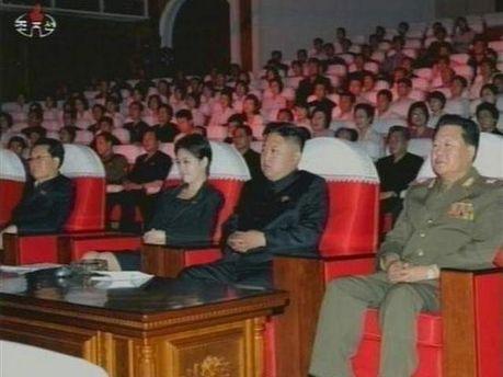 Ким Чен Ын и его спутница