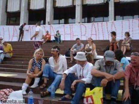 Люди біля Українського дому