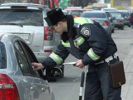 Працівник ДАІ вилаяв водія та погрожував йому розправою