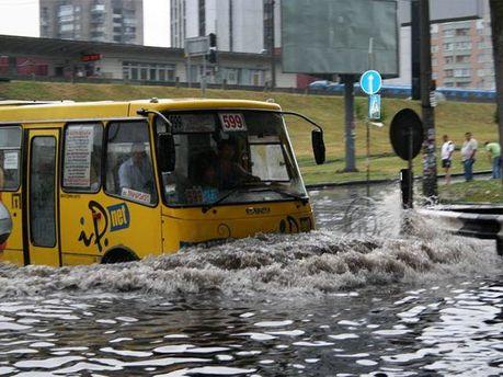 В низці регіонів очікують сильні зливи
