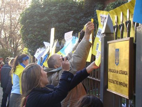 Акция возле украинского посольства в Аргентине