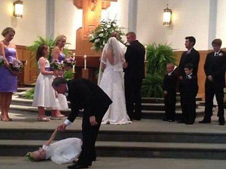 Девочка заснула во время свадьбы