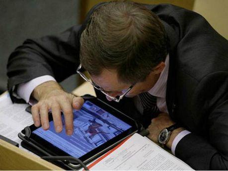 Депутат працює за планшетом
