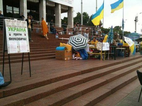 Акція на захист мови під Українським домом