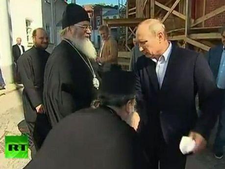 Священник целует руку Владимиру Путину