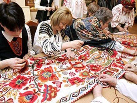 Рукодельницы вышивают рушнык
