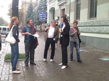 Журналісти видання під час обшуку