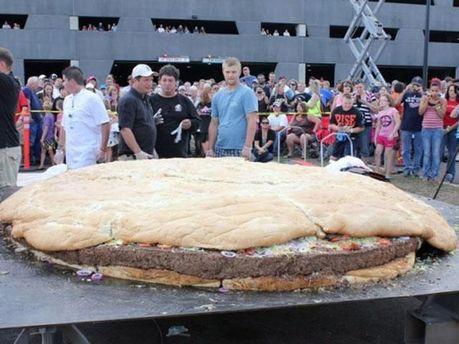Крупнейший в мире гамбургер