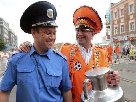 Фанат і міліціонер під час ЄВРО-2012