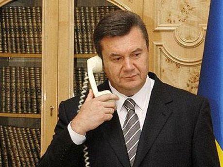Виктор Янукович разговаривает по телефону