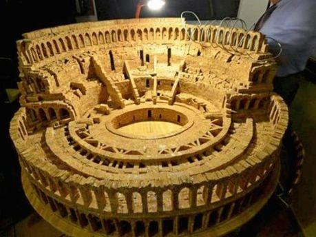 Італійський пенсіонер зробив міні-Колізей з винних корків (Фото)