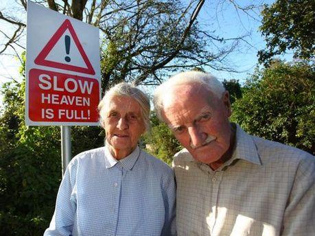 Пенсіонери і дорожній знак