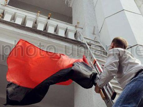 Депутат вішає прапори