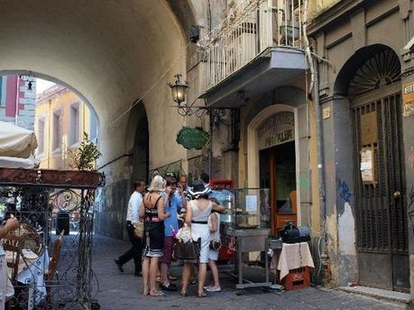 Одна из улочек в Неаполе
