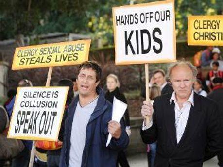 Акция протеста против священников-педофилов в Сиднее