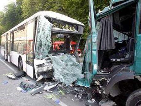 Столкновение грузовика с автобусом