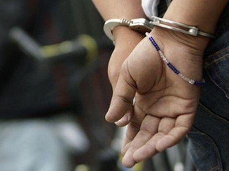 Парень в наручниках