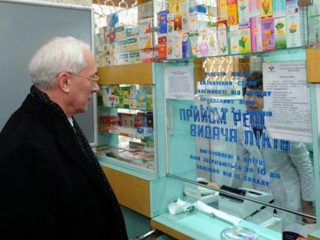 Микола Азаров в аптеці