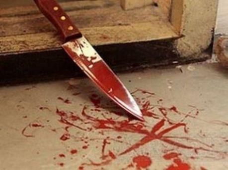 Перерезала ножом горло