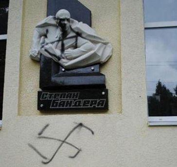 Оскверненный памятник Бандере в Сокале