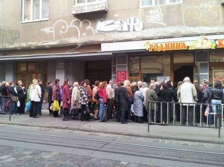 Черга за парасолями у Львові