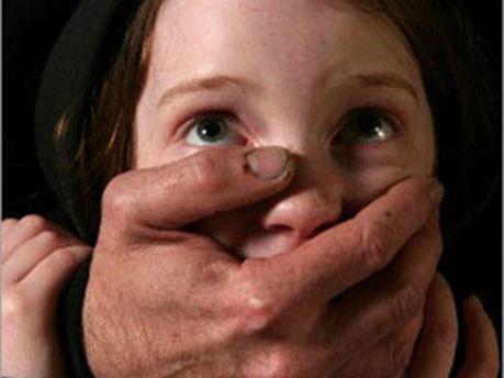 Педофил насиловал девочек