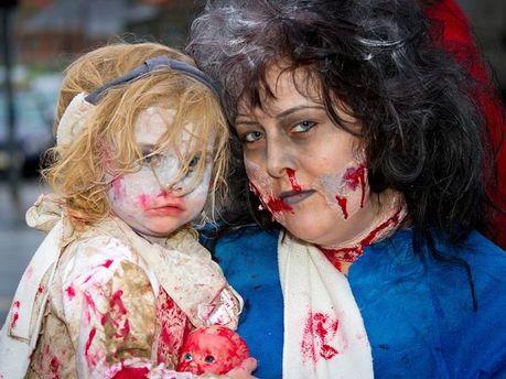 Мама з донькою у костюмах на Гелловін