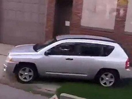 Машина Шены Хардин на тротуаре