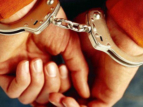Жінка в наручниках