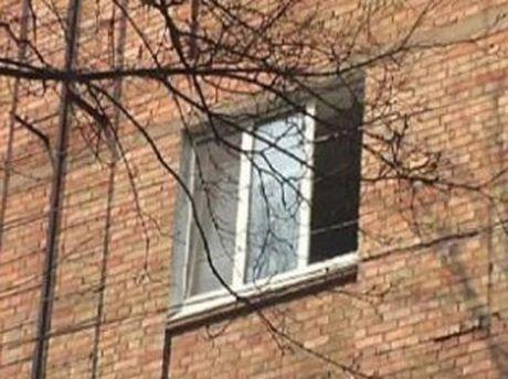 Викинув дівчину з вікна