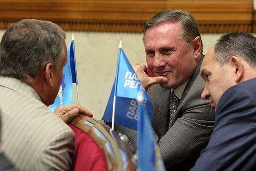 Олександр Єфремов з однопартійцями