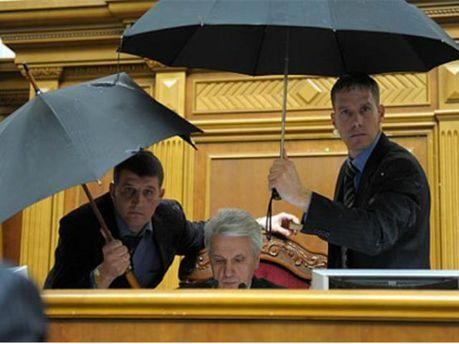 Литвин предлагает запретить приносить посторонние вещи в сессионный зал (Фото)