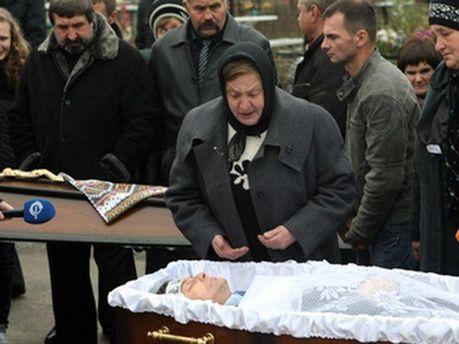 Мати Мазурка на похорнах сина