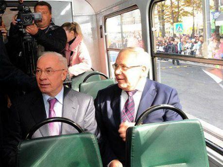 Микола Азаров у громадському транспорті