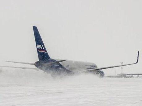 Взлетно-посадочные полосы покрыты снегом