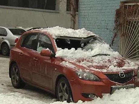 Сніг роздавив авто