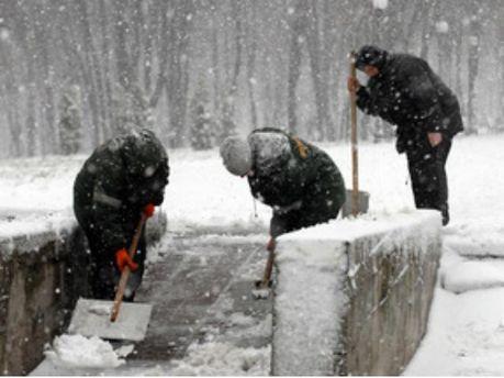 В Киеве расчищают снег