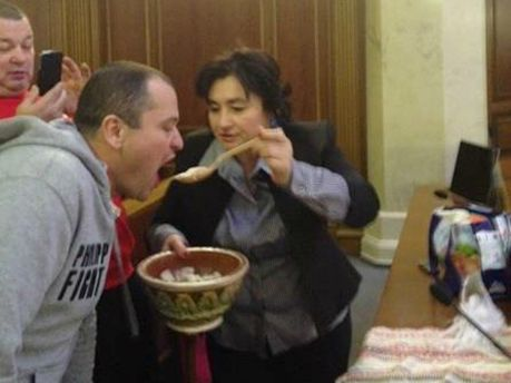 Матиос угощает дежурных в ВР варениками и пирогами (Фото)