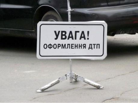 ДТП в Киеве: Автомобиль взлетел в воздух и приземлился на крышу (Видео)